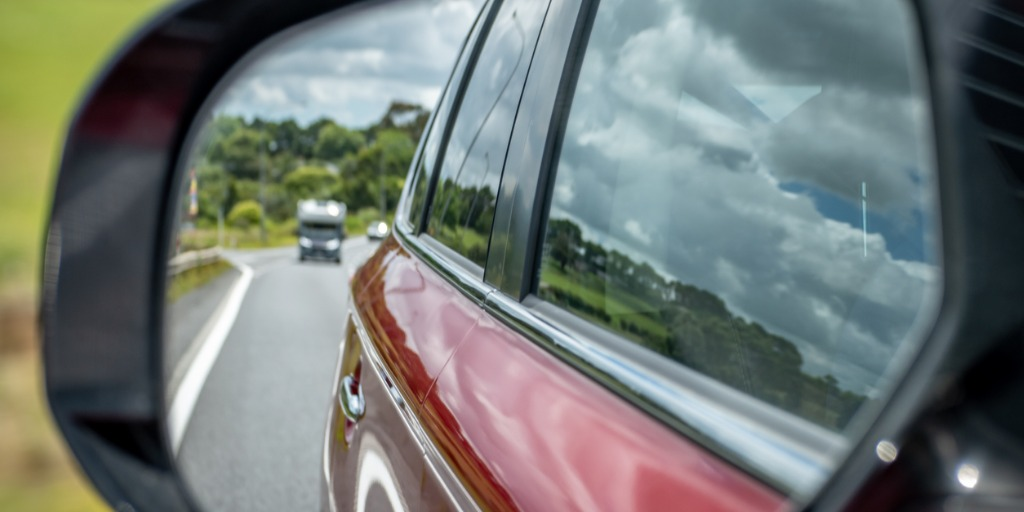 photo-of-a-car-mirror-during-a-drive-picture-id1090759630